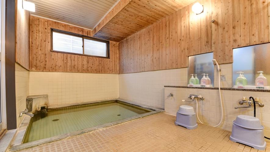 *大浴場(男湯)/神経痛をはじめとして多くの効能があるナトリウムー塩化物泉。保温効果が高くぽかぽか。