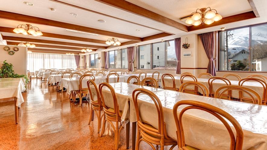 *レストラン/窓の外には北アルプスの絶景が広がっています。