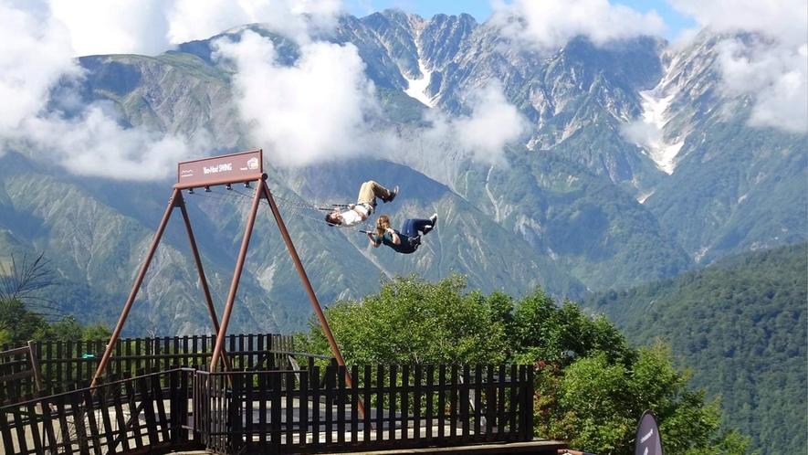 *周辺/白馬岩岳の山頂に出現した巨大ブランコ『ヤッホースイング』