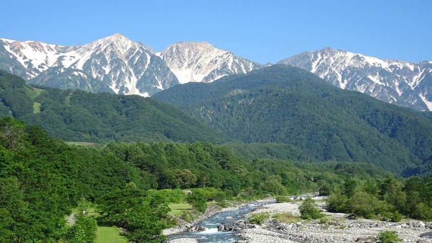*[白馬の景色・夏]大雪渓の雪解け水が流れる白馬は避暑地としても人気