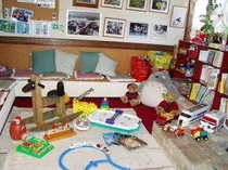 食堂と隣接しているプレイルームにはおもちゃと絵本がいっぱい!