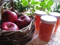 ホームメイドのリンゴジャムやアンズジャムやアンズのコンポートは、朝食やデザートに・・・①