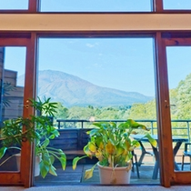 *【館内】大きな窓からは当館のガーデンと周囲の自然を一望!