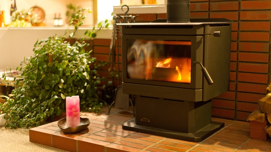 *【館内】冬は暖炉を囲んで、お客様同士の語らいはいかがですか?