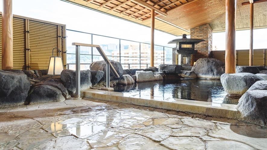 【露天風呂】 開湯800余年の伝統を刻む歴史あるいで湯に身を委ね、宝塚市街の夜景をご堪能ください