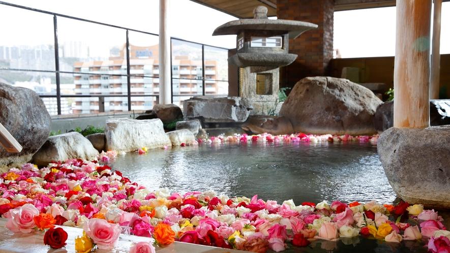 ご婦人露天風呂では毎週月、土曜日にバラ風呂をご用意(イメージ)
