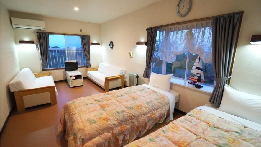 ・【4名部屋】お部屋にはベッドとソファベッド計4台を設置。ご家族で楽しく過ごせるお部屋です
