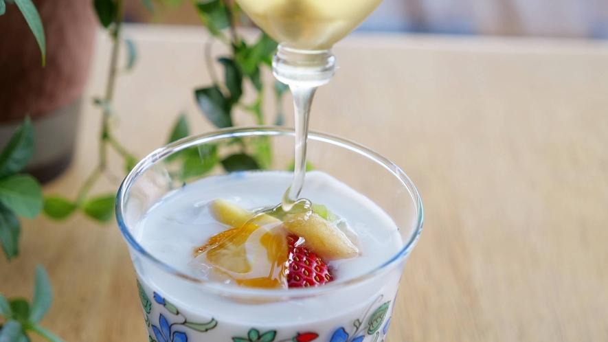 ・【朝食例】フルーツをたっぷり使ったヨーグルトに自家製蜂蜜をかけて朝のデザート♪
