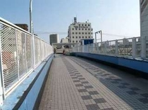 6. 歩道橋を登るとすぐに右側にホテルが見えます