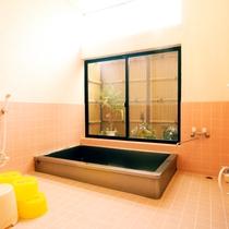 一日の疲れを癒やすお風呂は清潔感たっぷりで広々♪