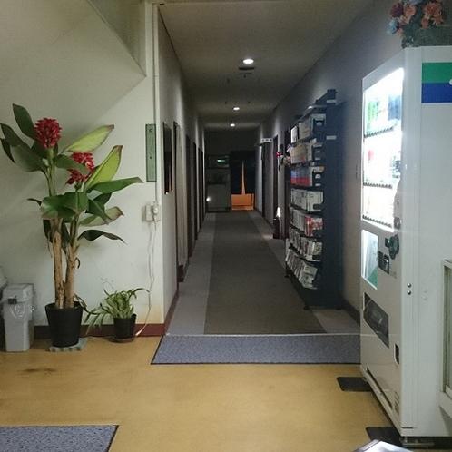 広めな廊下には自由にお読みいただける本や、自動販売機をご用意しています。