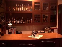 バーコーナーではカクテルやモルトウイスキーが充実
