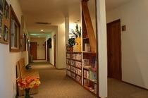 廊下にはマンガが並んだ本棚がございます。