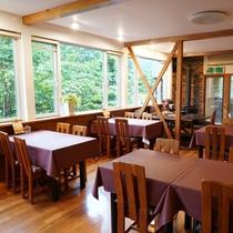 大きな窓のある食堂