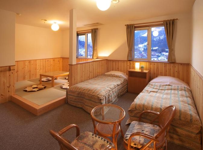広々とした和洋室は、お布団でお休みになりたい方、お2人でごゆっくりで過ごしたい方におすすめ。