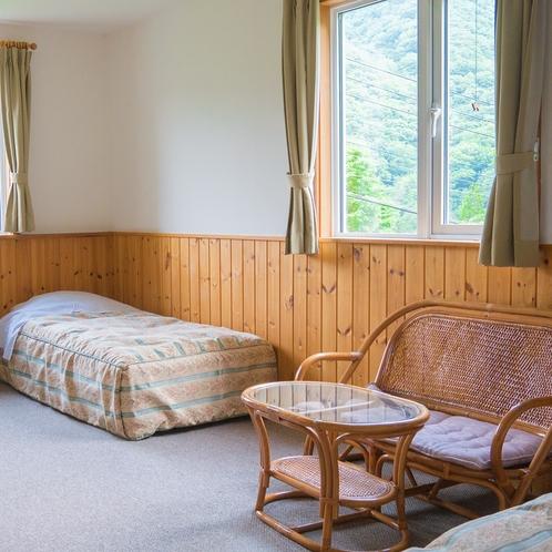窓の外には山々が広がる気持ちいいお部屋です。全室トイレ&洗面台つき。