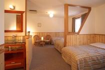 【トイレ洗面台付き】4人部屋。ベッド4つとちょっとしたリビングスペースもあります。