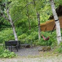 お庭のバーベキューエリアとハンモック