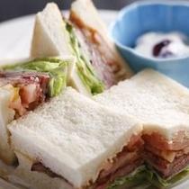 洋朝食の飛騨牛ローストビーフサンドイッチ