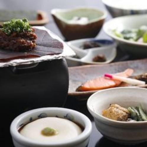 朴葉味噌と炊き立てご飯の和朝食