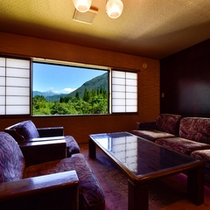 【和風スイート】のリビング。リビング+和室+ツインルームの贅沢な間取り。