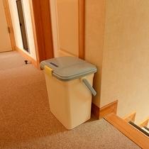 *館内/オムツ用のゴミ箱を設置しています。
