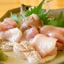 *夕食一例/地魚のお刺身4点盛り(天候により地魚が入荷しない場合があります。)