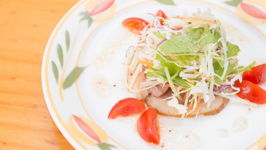 *夕食一例/前菜:合鴨スモークのサラダ風