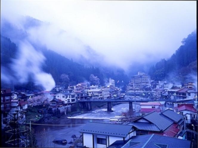 【遠景】湯けむりと昭和浪漫の街、杖立温泉