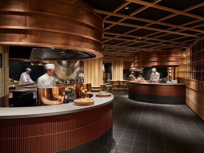 【八百万ダイニング】天ぷらや地元野菜の直火焼き、熊本ラーメンなどを提供するオープンキッチン