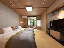 【和室ツイン一例】畳の上にシモンズ製セミダブルベッドが2台、50型の大きいTV