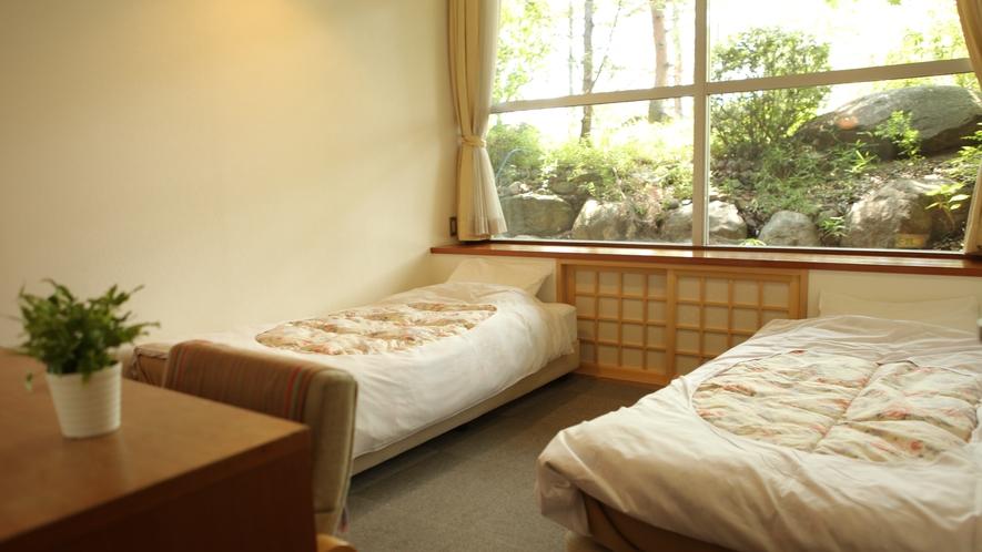 大きな窓からは光が入る清々しいお部屋で、すぐ前に大浴場もあるので便利よく快適にお過ごしできます。