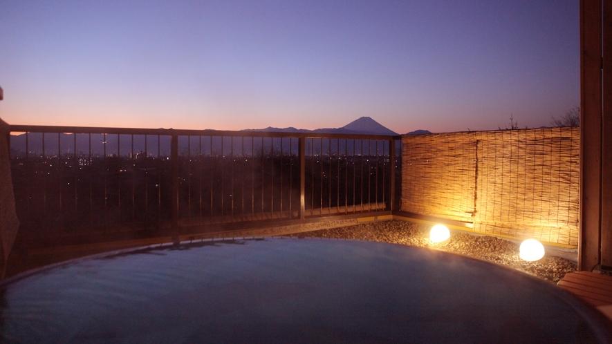 「輝きの湯」からの景色。夕暮れ時の富士山と夜景はとても美しいものです。