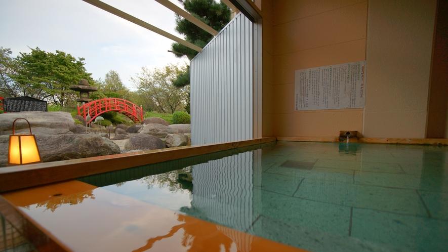 ガラス扉を開けると目の前に日本庭園が広がります。