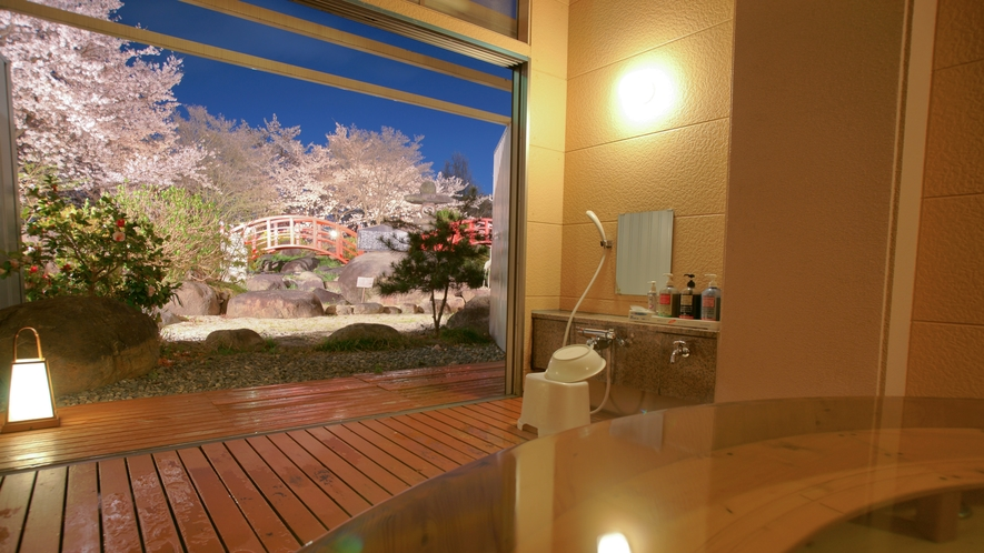 春の貸切家族風呂。当館自慢の満開の桜を眺めながら極上の花見風呂をお楽しみください。
