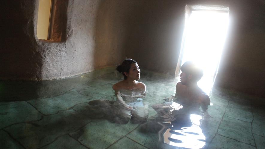 水中ライトの光が幻想的な洞窟風呂。最大20名ほどが入れる大きなお風呂です。