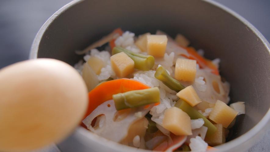 季節の釜飯。5分ほど蒸らすと、おこげができて美味しいんです♪