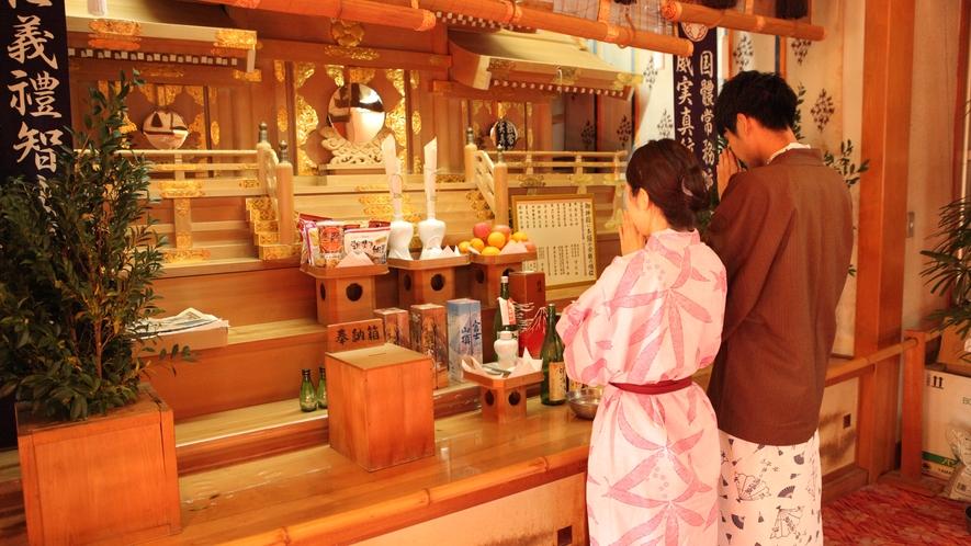 玄関を入ってすぐ左にある大きな神棚。温泉の神様「宝生山八津御獄神社」を祭っています。