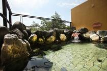 『大浴場』富士川の天然石を積み上げた開放的な露天風呂。