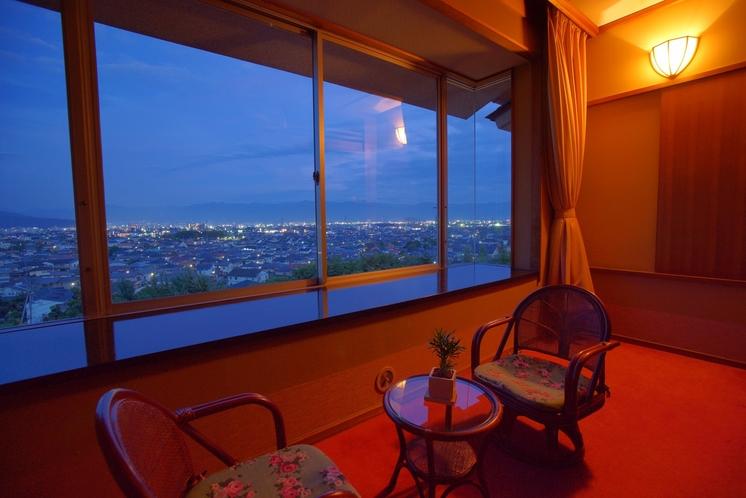 夜には、眼下の美しい甲府盆地の夜景をお楽しみください。
