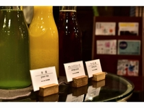 【Lounge HALL】 静岡のおいしい冷茶などのウェルカムドリンクを無料提供。