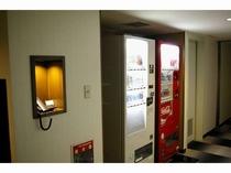 【ホテル館内】 自動販売機は2~5階の各階に設置しております。