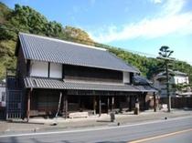 【大旅籠柏屋】 江戸時代の旅籠。当時の様子、人々の暮らしぶりが一目でわかる貴重な建物です。