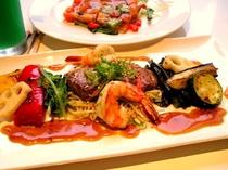 シュリンプ&ステーキ&焼き野菜のメインデッシュ