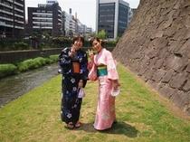 熊本城をバックに