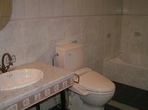 輸入タイル張りのバスルームが全室に完備