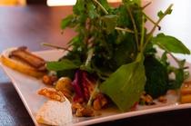 朝食の地元の新鮮な野菜を使ったサラダ