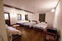 ゆったりとした26畳の洋室、ベッドはシモンズ
