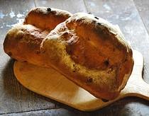 朝食でお出しするカントリーキッチンの薪焚きの石窯パン