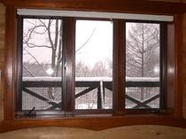 冬、ダイニングルームの窓辺